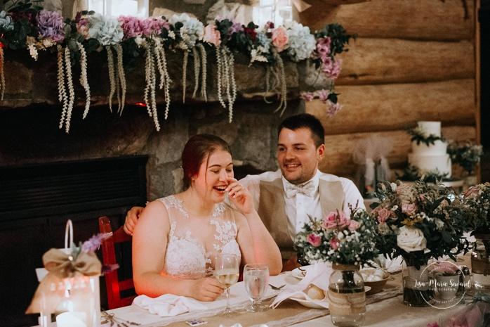 Maid of honour doing speech during reception. Wedding reception inside wooden cabin sugar shack. Réception de mariage à la Table du Roy cabane à sucre Auberge Le Baluchon. Photographe de mariage à Trois-Rivières