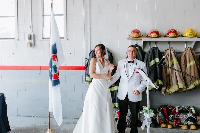 Bride and groom kissing. Wedding inside a real fire station. Mariage dans une caserne de pompier. Mariage à Sainte-Agathe-des-Monts. Photographe de mariage dans les Laurentides. Laurentians wedding photographer.