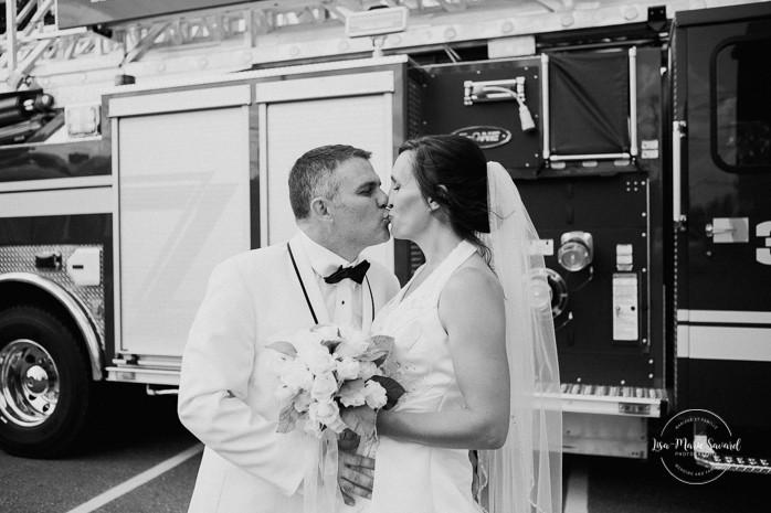 Bride and groom portrait with fire truck. Wedding inside a real fire station. Mariage dans une caserne de pompier. Mariage à Sainte-Agathe-des-Monts. Photographe de mariage dans les Laurentides. Laurentians wedding photographer.