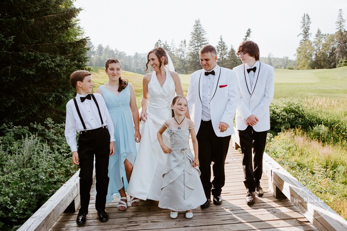 Bride and groom wedding photos with children. Mariage à Sainte-Agathe-des-Monts. Mariage an golf de Val-Morin. Photographe de mariage dans les Laurentides. Laurentians wedding photographer.