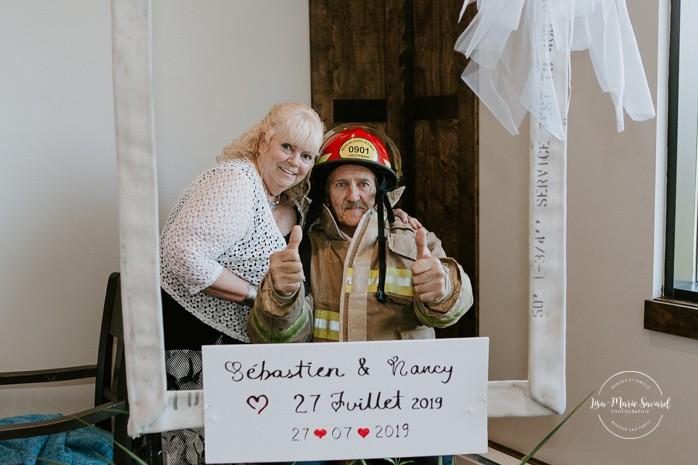 Simple firefighter wedding reception decor. Mariage à Sainte-Agathe-des-Monts. Mariage an golf de Val-Morin. Photographe de mariage dans les Laurentides. Laurentians wedding photographer.