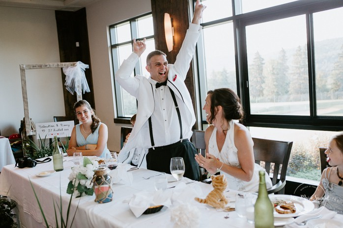 Guests playing and having fun during wedding reception. Mariage à Sainte-Agathe-des-Monts. Mariage an golf de Val-Morin. Photographe de mariage dans les Laurentides. Laurentians wedding photographer.