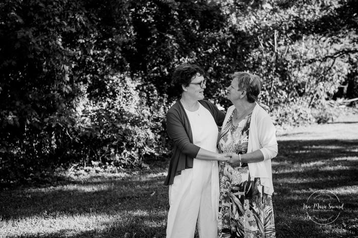 Same sex wedding with older couple. Lesbian wedding with older couple. Older couple photos. Mariage gai avec femmes âgées. Mariage LGBTQ+ à Montréal. Montreal intimate wedding. Montreal same sex wedding