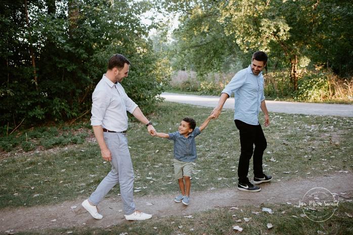 Same sex family photos. Two dads with son. Gay family photos. Photographe de famille à Montréal. Photos de famille extérieures à Montréal. Séance photo avec famille LGBT+ à Montréal.