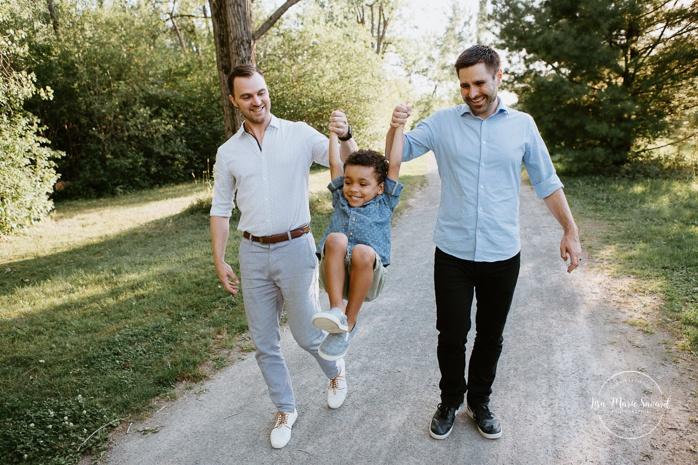 Same sex family photos. Two dads with son. Gay family photos. Séance familiale au Parc Angrignon. Photographe de famille à Montréal. Séance photo avec famille LGBT+ à Montréal.