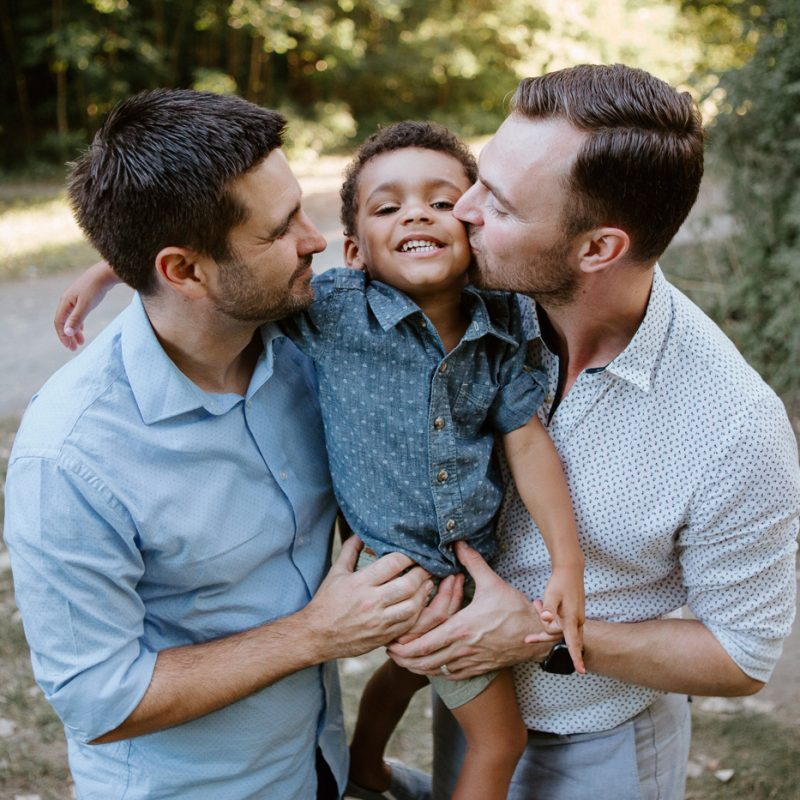 Same sex family photos. Two dads with son. Gay family photos. Séance familiale au Parc Angrignon. Photographe de famille à Montréal. Séance photo avec famille LGBT+ à Montréal.