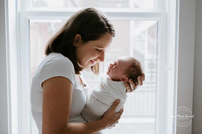 In-home lifestyle newborn session with mommy. Baby with mom. Mommy and me lifestyle session. Séance nouveau-né avec maman à Montréal. Montreal lifestyle newborn photographer.