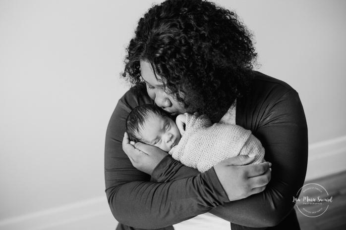 Preemie newborn photos. NICU newborn session. Mixed baby photos. Preemie baby in mom's arms. Séance nouveau-né prématuré à Montréal. Montreal preemie newborn session