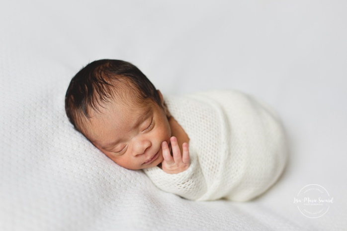 Preemie newborn photos. NICU newborn session. Mixed baby photos. White minimalist newborn photos. Séance nouveau-né prématuré à Montréal. Montreal preemie newborn session