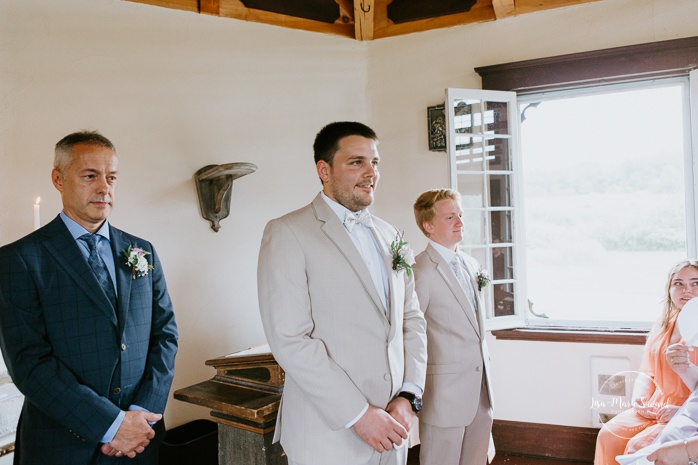Groom seeing bride for the first time. Small chapel wedding. Mariage à l'Auberge Le Baluchon éco-villégiature en Mauricie. Chapelle Auberge Le Baluchon à Saint-Paulin. Photographe de mariage à Trois-Rivières