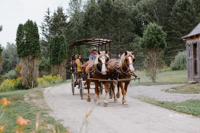 Small chapel wedding. Country side wedding with horse carriages. Mariage à l'Auberge Le Baluchon éco-villégiature en Mauricie. Chapelle Auberge Le Baluchon à Saint-Paulin. Photographe de mariage à Trois-Rivières