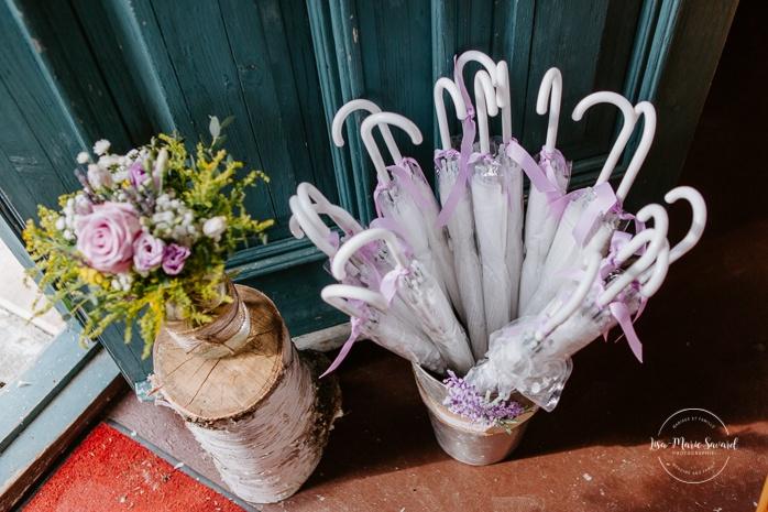 Wild flowers in mason jar and clear umbrellas wedding ceremony decor. Small chapel wedding. Mariage à l'Auberge Le Baluchon éco-villégiature en Mauricie. Chapelle Auberge Le Baluchon à Saint-Paulin. Photographe de mariage à Trois-Rivières