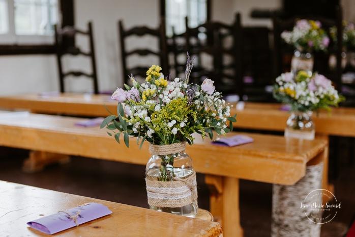 Wild flowers in mason jar wedding ceremony decor. Small chapel wedding. Mariage à l'Auberge Le Baluchon éco-villégiature en Mauricie. Chapelle Auberge Le Baluchon à Saint-Paulin. Photographe de mariage à Trois-Rivières