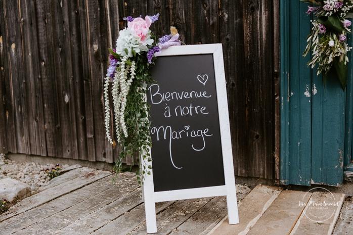 Welcome to our wedding sign. Small chapel wedding. Country side wedding with horse carriages. Mariage à l'Auberge Le Baluchon éco-villégiature en Mauricie. Chapelle Auberge Le Baluchon à Saint-Paulin. Photographe de mariage à Trois-Rivières