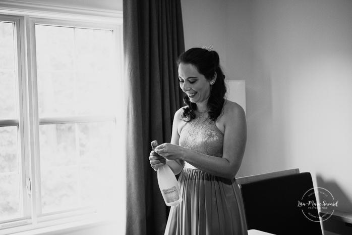 Bride, mother and maid of honour having a drink. Auberge de l'Archipel à Saint-Paulin. Préparations des mariés à l'hôtel. Photographe de mariage à Trois-Rivières