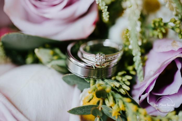 Macro shot of wedding rings inside wedding bouquet. Auberge de l'Archipel à Saint-Paulin. Préparations des mariés à l'hôtel.