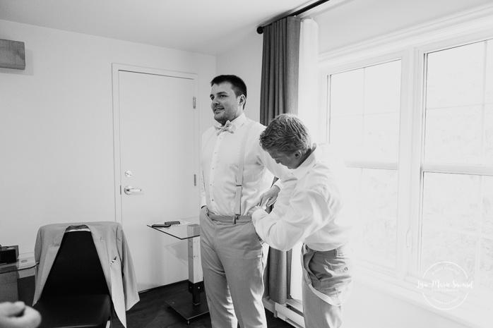 Groom getting ready with dad and best man. Auberge de l'Archipel à Saint-Paulin. Préparations des mariés à l'hôtel. Photographe de mariage à Trois-Rivières