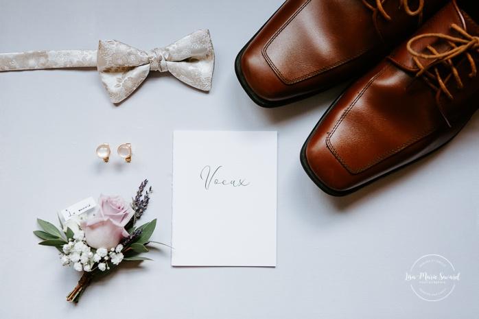 Wedding details shoes bow tie boutonniere cuff links and vow book. Auberge de l'Archipel à Saint-Paulin. Préparations des mariés à l'hôtel. Photographe de mariage à Trois-Rivières
