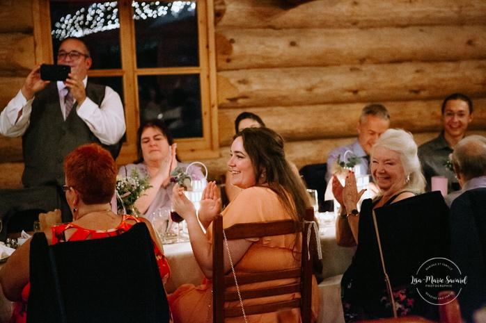 Wedding reception inside wooden cabin sugar shack. Réception de mariage à la Table du Roy cabane à sucre Auberge Le Baluchon. Photographe de mariage à Trois-Rivières