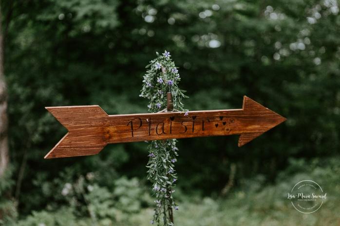 Rustic wedding reception decor wood arrows. Wedding reception inside wooden cabin sugar shack. Réception de mariage à la Table du Roy cabane à sucre Auberge Le Baluchon. Photographe de mariage à Trois-Rivières