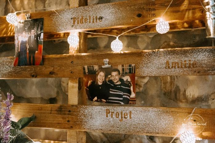 Rustic wedding reception decor. Wood pallet photo holder. Wedding reception inside wooden cabin sugar shack. Réception de mariage à la Table du Roy cabane à sucre Auberge Le Baluchon. Photographe de mariage à Trois-Rivières
