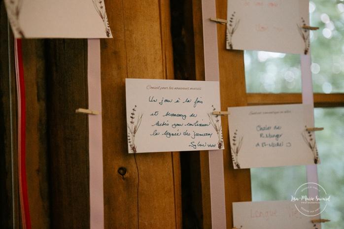 Rustic wedding reception decor. Guests leave love notes to newlyweds. Wedding reception inside wooden cabin sugar shack. Réception de mariage à la Table du Roy cabane à sucre Auberge Le Baluchon. Photographe de mariage à Trois-Rivières