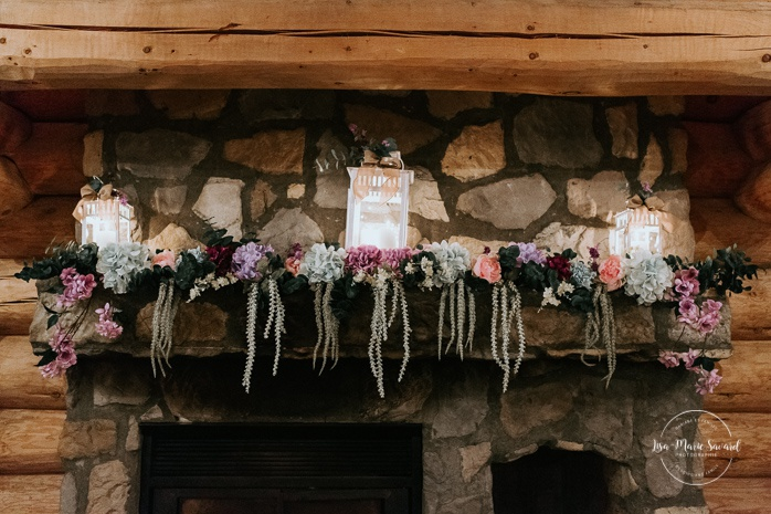 Rustic wedding reception decor. Wedding reception inside wooden cabin sugar shack. Réception de mariage à la Table du Roy cabane à sucre Auberge Le Baluchon. Photographe de mariage à Trois-Rivières