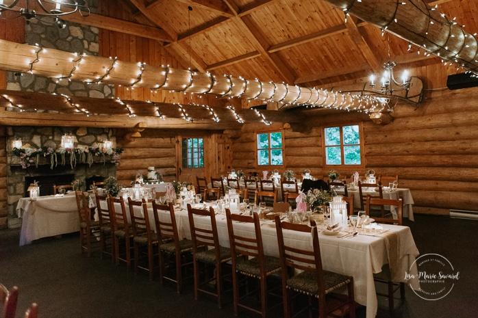 Rustic wedding reception decor with lace, burlap and wildflowers. Wedding reception inside wooden cabin sugar shack. Réception de mariage à la Table du Roy cabane à sucre Auberge Le Baluchon. Photographe de mariage à Trois-Rivières