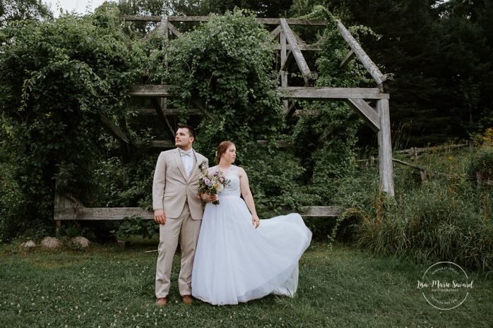 Fine art wedding photos wedding dress flying. Photos de mariage rustique à la campagne. Photographe de mariage à Trois-Rivières