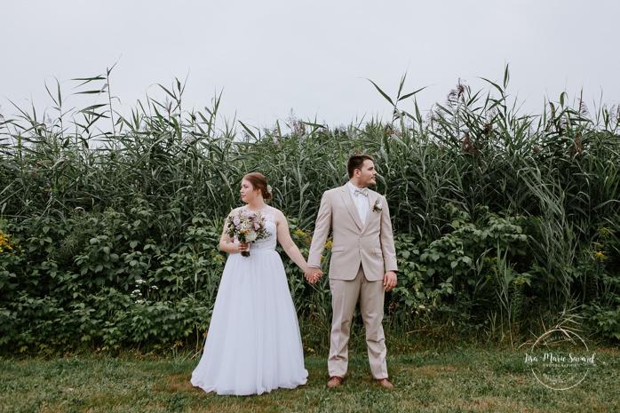 Wedding photos in hay field. Photos de mariage rustique à la campagne. Photographe de mariage à Trois-Rivières