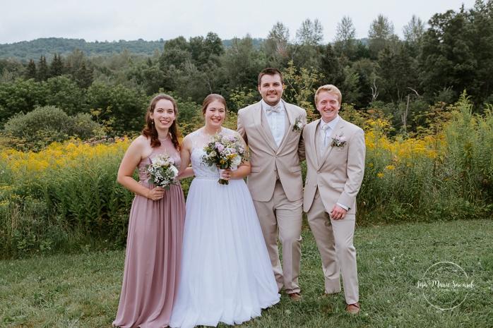 Wedding party bridal party photo in front of wildflower field. Small chapel wedding. Mariage à l'Auberge Le Baluchon éco-villégiature en Mauricie. Chapelle Auberge Le Baluchon à Saint-Paulin. Photographe de mariage à Trois-Rivières