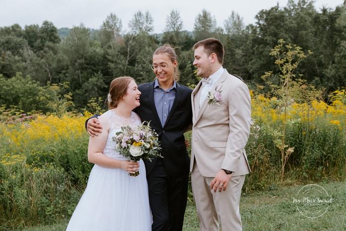 Wedding family photo in front of wildflower field. Small chapel wedding. Mariage à l'Auberge Le Baluchon éco-villégiature en Mauricie. Chapelle Auberge Le Baluchon à Saint-Paulin. Photographe de mariage à Trois-Rivières