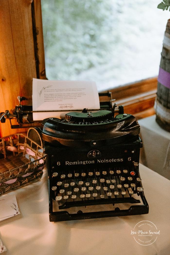 Rustic wedding reception decor. Old typewriter wedding decor. Wedding reception inside wooden cabin sugar shack. Réception de mariage à la Table du Roy cabane à sucre Auberge Le Baluchon. Photographe de mariage à Trois-Rivières