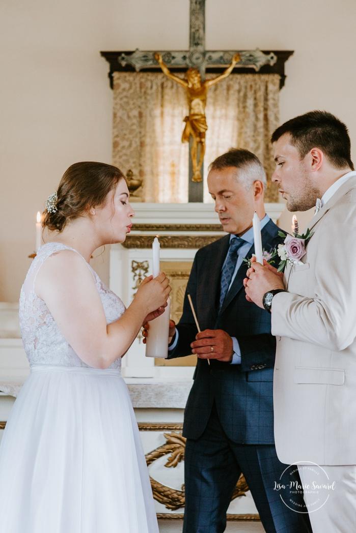 Bride and groom lighting unity candle. Small chapel wedding. Mariage à l'Auberge Le Baluchon éco-villégiature en Mauricie. Chapelle Auberge Le Baluchon à Saint-Paulin. Photographe de mariage à Trois-Rivières