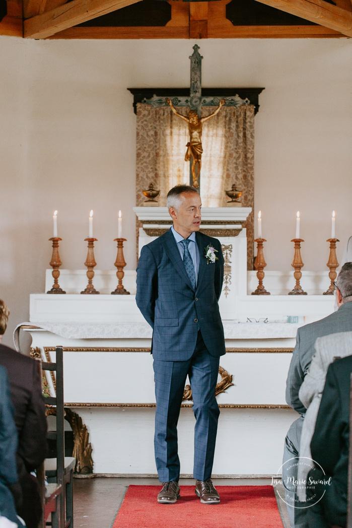 Bride's father officiating wedding ceremony. Small chapel wedding. Mariage à l'Auberge Le Baluchon éco-villégiature en Mauricie. Chapelle Auberge Le Baluchon à Saint-Paulin. Photographe de mariage à Trois-Rivières