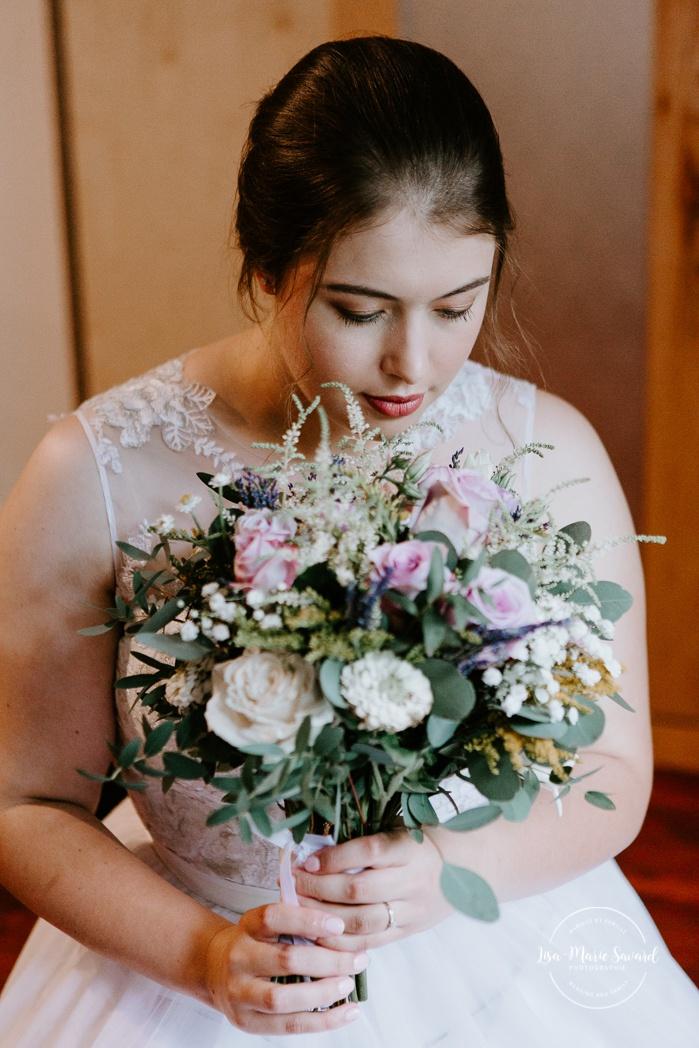 Bride's grandmother ring attached to flower bouquet. Auberge de l'Archipel à Saint-Paulin. Préparations des mariés à l'hôtel. Photographe de mariage à Trois-Rivières