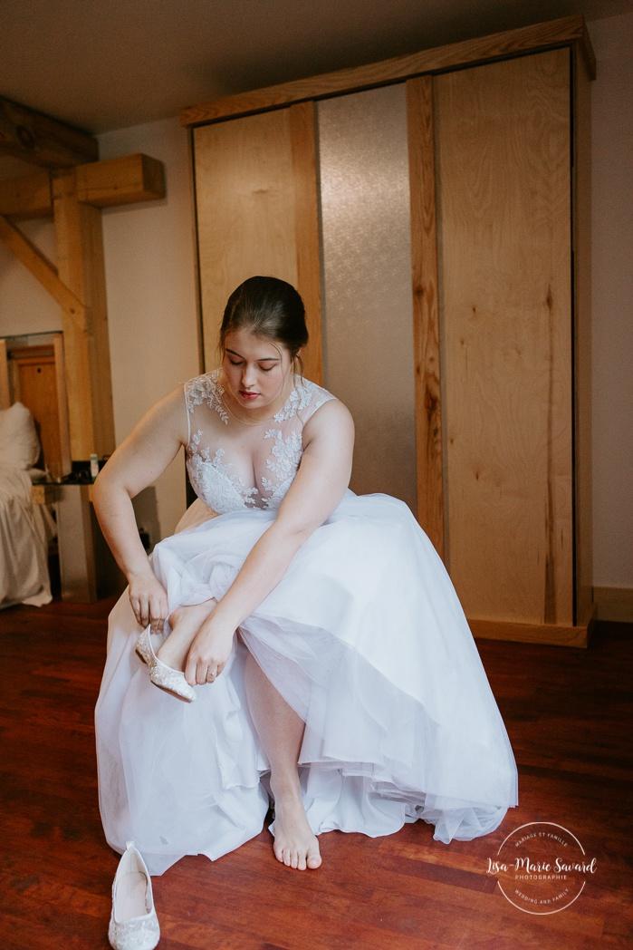 Bride getting ready with mom and maid of honour in hotel room. Auberge de l'Archipel à Saint-Paulin. Préparations des mariés à l'hôtel. Photographe de mariage à Trois-Rivières