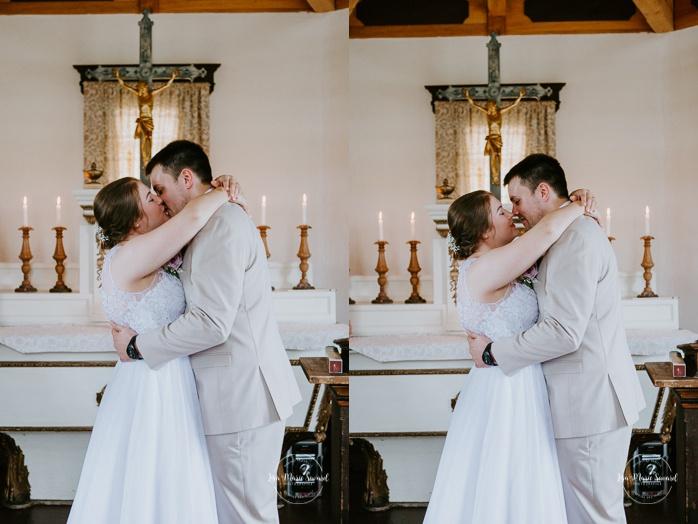 Bride and groom first kiss during wedding ceremony. Small chapel wedding. Mariage à l'Auberge Le Baluchon éco-villégiature en Mauricie. Chapelle Auberge Le Baluchon à Saint-Paulin. Photographe de mariage à Trois-Rivières