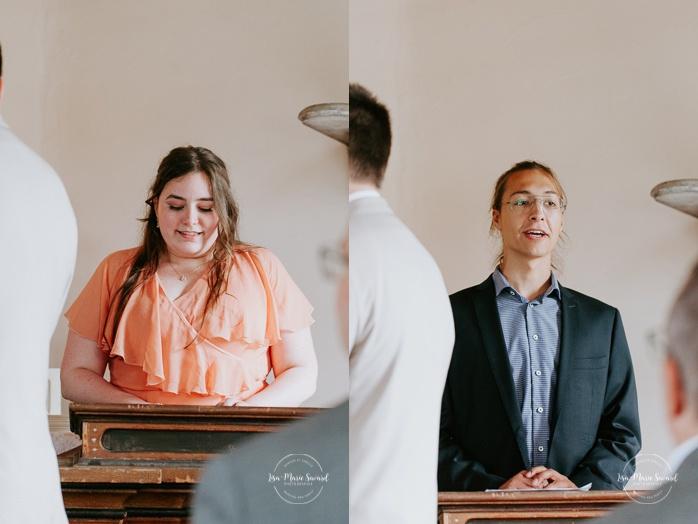 Intimate wedding ceremony inside chapel. Small chapel wedding. Mariage à l'Auberge Le Baluchon éco-villégiature en Mauricie. Chapelle Auberge Le Baluchon à Saint-Paulin. Photographe de mariage à Trois-Rivières