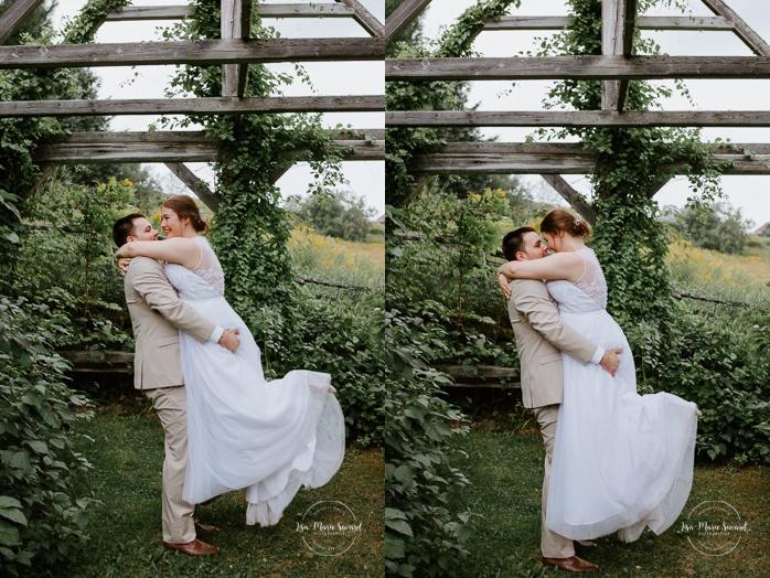 Groom lifting bride in the air. Photos de mariage rustique à la campagne. Photographe de mariage à Trois-Rivières