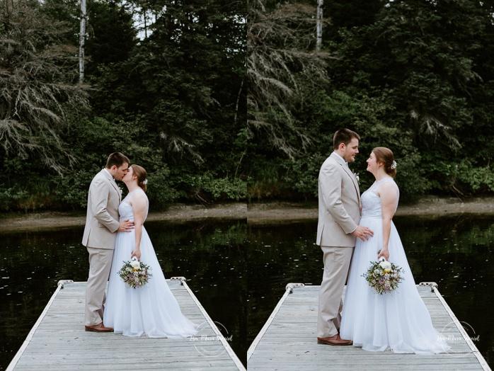 Wedding photos on dock. Photos de mariage rustique à la campagne. Photographe de mariage à Trois-Rivières