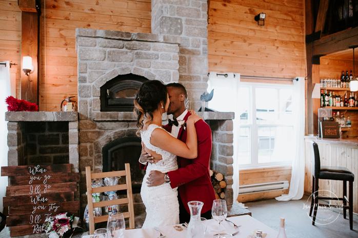 Barn wedding reception. Mariage à l'Orée des Champs en automne. Saint-Nazaire Saguenay-Lac-Saint-Jean. Photographe de mariage Saguenay.