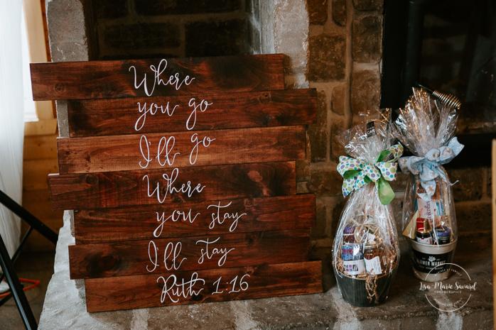 Rustic chic wedding decor. Barn wedding reception. Mariage à l'Orée des Champs en automne. Saint-Nazaire Saguenay-Lac-Saint-Jean. Photographe de mariage Saguenay.