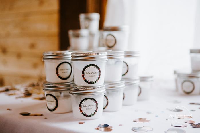 Home made bath salts party favour. Barn wedding reception. Mariage à l'Orée des Champs en automne. Saint-Nazaire Saguenay-Lac-Saint-Jean. Photographe de mariage Saguenay.