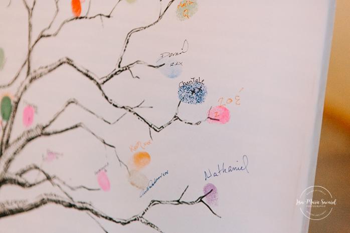 Rustic chic wedding decor. Wedding guest book fingerprints tree. Barn wedding reception. Mariage à l'Orée des Champs en automne. Saint-Nazaire Saguenay-Lac-Saint-Jean. Photographe de mariage Saguenay.