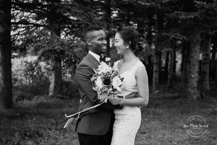 Asian bride and Black groom wedding photos. Mariage en automne au Saguenay. Saint-Nazaire Saguenay-Lac-Saint-Jean. Photographe de mariage Saguenay.