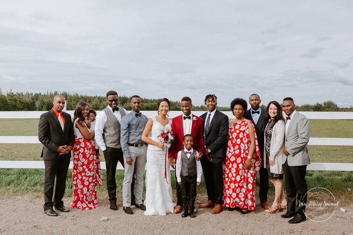 Large family wedding photos. Mixed wedding with Asian bride and Black groom. Mariage en automne au Saguenay. Saint-Nazaire Saguenay-Lac-Saint-Jean. Photographe de mariage Saguenay.
