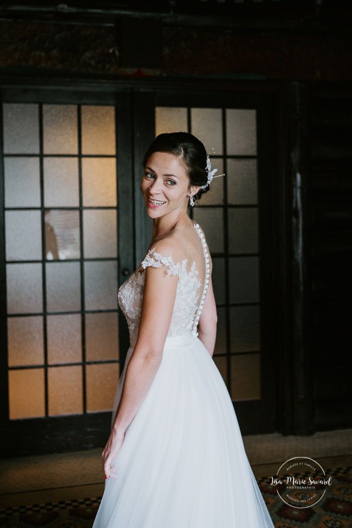 Bride looking at herself before first look. Mariage en Outaouais. Fairmont Le Château Montebello wedding. Ottawa photographer.