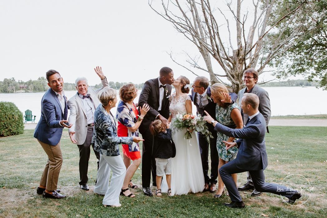 Funny wedding photos with friends. Mariage en Outaouais. Fairmont Le Château Montebello outdoor wedding. Ottawa photographer.