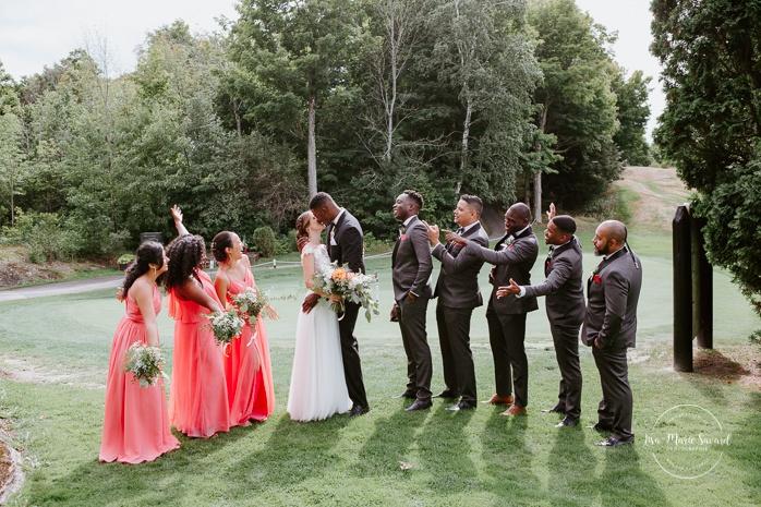 Golf club bridal party photos. Wedding party photos with three bridesmaids and five groomsmen. Photos de mariage au club de golf du Château Montebello. Fairmont Le Château Montebello wedding. Ottawa photographer.
